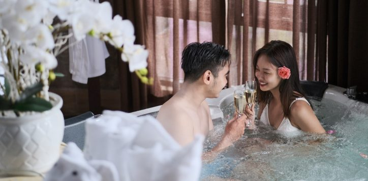 beauty-spa-couple-in-jacuzzi-2