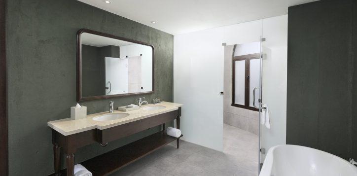 executive-suites-bathroom-fullsize-2