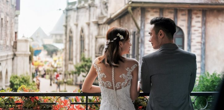 wedding-couple-on-the-balcony-11-2